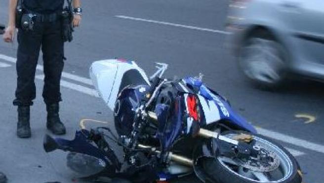 Otro motorista se estrella contra un coche en la avenida de Dénia.