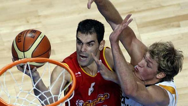 José Manuel Calderón lucha ante un jugador alemán. (Efe)