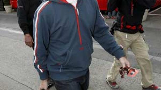 El piloto asturiano, en su llegada al circuito de Spa para disputar el GP de Bélgica. (EFE)