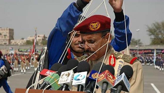 Ali Saed Obeid, el jefe de gabinete de Yemen, con las cuerdas del paracaídas enredadas en su cabeza.