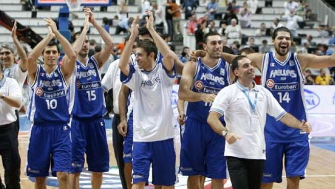 La selección griega saluda a sus seguidores (EFE).
