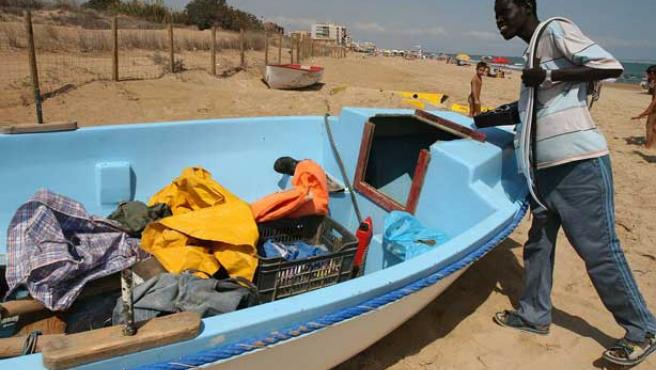 Ua de las dos pateras localizadas en las playas de Guardamar de Segura. (EFE / MANUEL LORENZO)