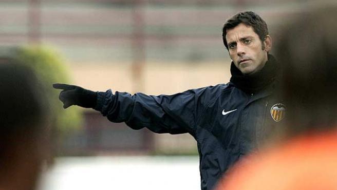 Quique Sánchez Flores, entrenador del Valencia, da instrucciones a sus hombres. (Efe)