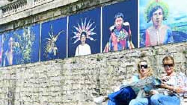 Las calles de Getxo se decoran con fotografías.(Efe/Alfredo Aldai)