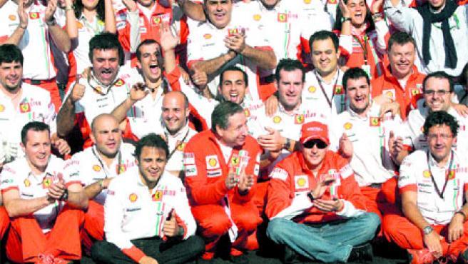 El equipo Ferrari celebra el título de marcas, que ayer consiguió matemáticamente en Spa.(AP/EFE)