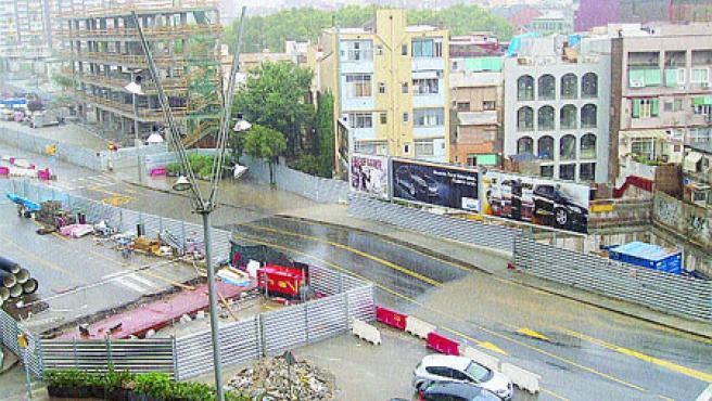 El Torre Malaia No califica de «piscina pública» los charcos que se forman en el Pg Sant Antoni de Sants cuando llueve.