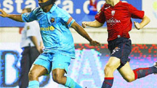 Thierry Henry se escapa de dos jugadores de Osasuna, ayer, en Pamplona. (Jesús Diges / EFE).
