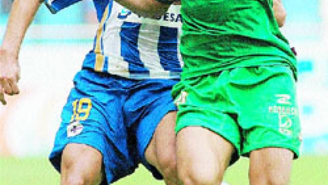 Barragán lucha por el balón con Mark Gonzalez.(EFE)