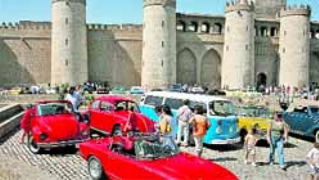 Exposición de automóviles clásicos que tomó el Palacio de la Aljafería.(F.S)