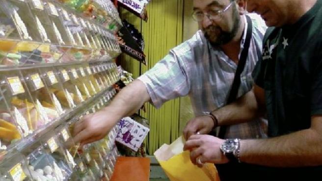 Dos clientes compran golosinas en uno de los establecimientos Pik&Chic.