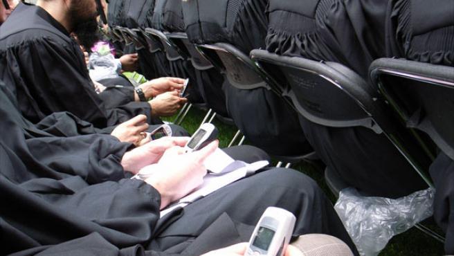 Un grupo de hombres utilizando sus teléfonos móviles.