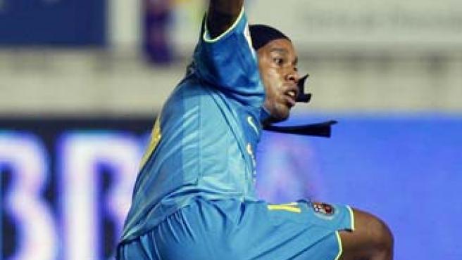 El jugador del Barcelona, Ronaldinho, reclama al arbitro una falta durante el partido correspondiente a la tercera jornada de liga disputado ante Osasuna (Efe).
