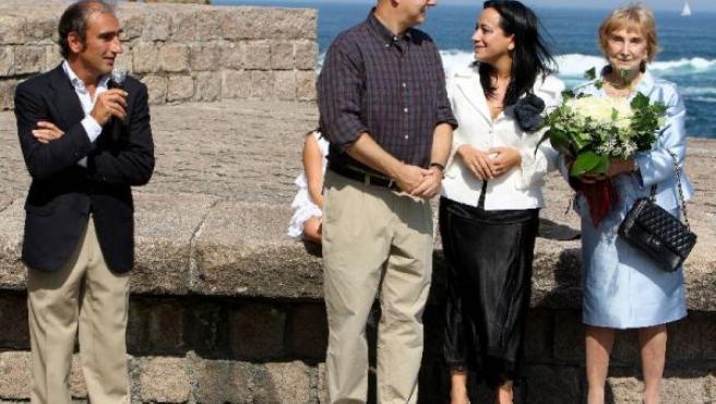 """Odón Elorza, junto a la viuda y el hijo del escultor Eduardo Chillida, en la inauguración oficial del """"Peine del Viento""""."""