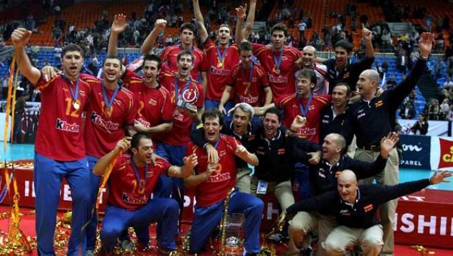 Los jugadores de la selección española celebran su triunfo contra Rusia en la final del Campeonato de Europa de voleibol (Efe).