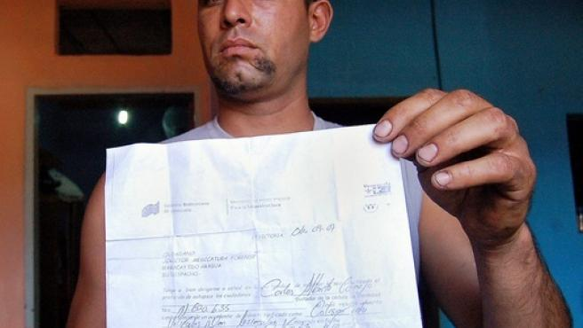 Carlos Camejo muestra la orden de autopsia fechada el 6 de septiembre.(REUTERS)