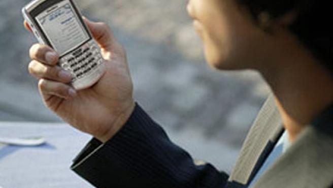 Un usuario consulta el correo electrónico en su móvil.