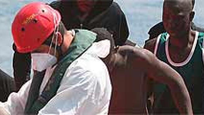 Llegada de los 66 inmigrantes indocumentados, todos varones. Manuel Lérida/EFE.