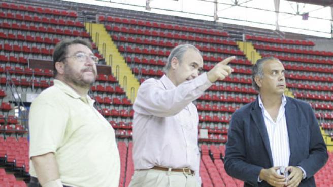 El presidente de la Federación Española de Baloncesto, José Luis Sáez , a la derecha, en una imagen de archivo.