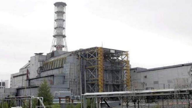 Vista general del refugio que cubre el accidentado reactor número cuatro de la central nuclear de Chernóbil, en Ucrania. (Sergey Dolzhenko / EFE).