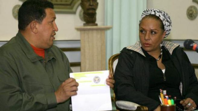 El presidente venezolano, Hugo Chávez, junto a la senadora colombiana Piedad Córdoba. (EFE).