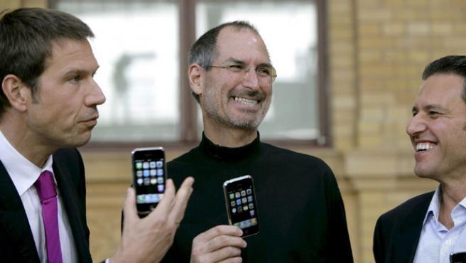 El director ejecutivo de Telekom, Rene Obermann (i) y el director ejecutivo de Apple, Steve Jobs (c), presentan el iPhone en Berlín.