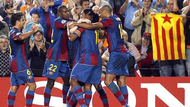 Los futbolistas azulgranas felicitan a Messi. (Efe)