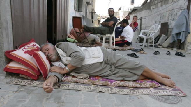 Un ciudadano palestino duerme en las calles de Gaza (Reuters)