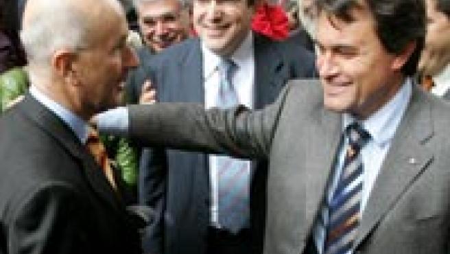 Josep Antoni Duran i Lleida y Artur Mas se felicitan tras la aprobación de la reforma del Estatuto de Autonomía de Cataluña. (Efe)
