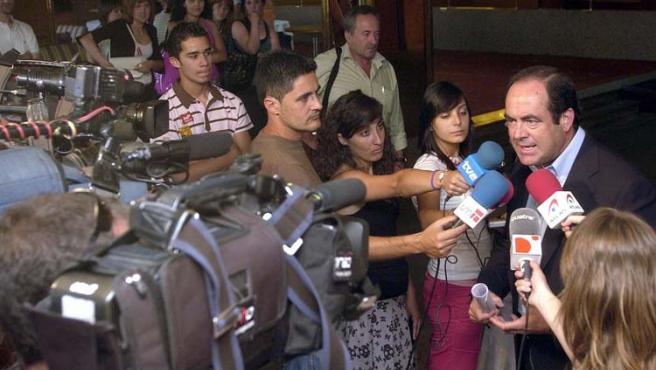 El ex ministro de Defensa y ex presidente de Castilla y la Mancha, comparece ante los medios.