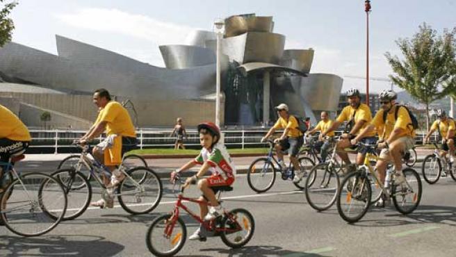 """Más de 1.500 ciclistas y 600 patinadores participan en el """"Paseo Popular en Bicicleta""""."""