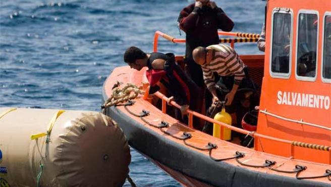 Los buzos preparándose para una nueva inmersión en el pesquero. Jorge Zapata / EFE.