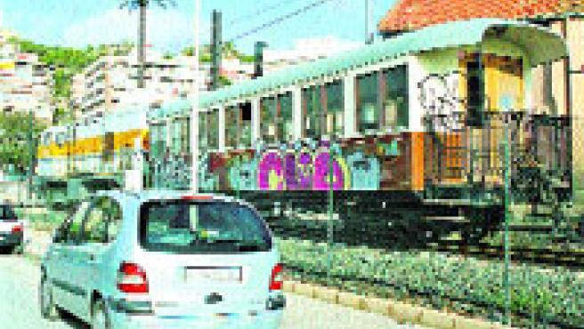 Graffiti en los vagones del tranvía sobre las vías del tren (F. González).