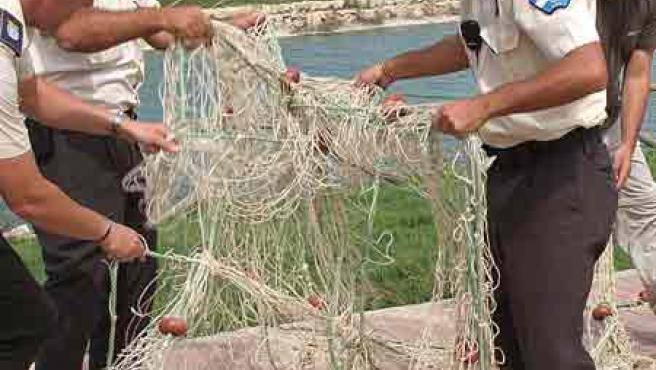 Los operarios lanzaron ayer una red a la laguna