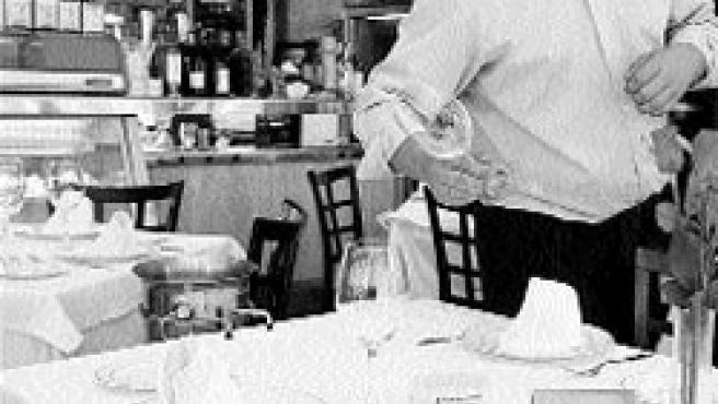 Uno de los camareros ultima los detalles de la mesa. (M. Peláez)