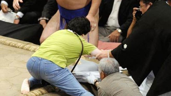 Momento en que la mujer intenta subir al ring. (REUTERS).