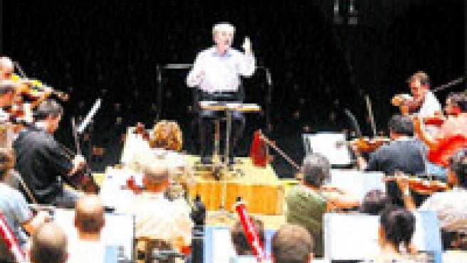 El veterano director volverá a hacer las delicias del público valenciano al frente de la Orquesta de Valencia.