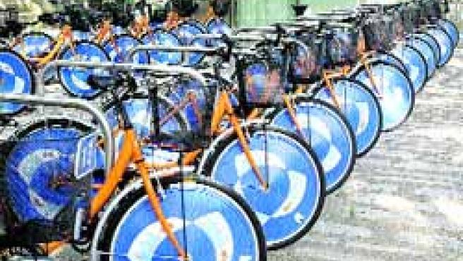 Una veintena de bicicletas están listas ya para ser prestadas gratis en el punto de la Acera Recoletos.(Ical)