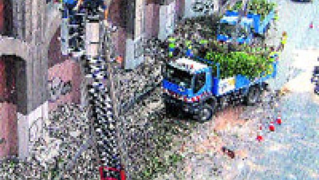 Los Bomberos saneando el muro, a la altura de Arturo Soria. (J. Díaz / EFE)