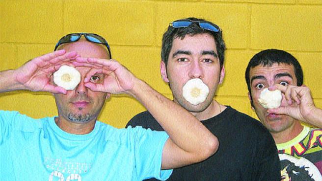El grupo, emulando su disco Ajo y agua. (Cucaracha Dandi)