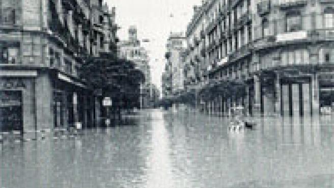 La esquina de la calle de las Barcas con el Ayuntamiento, anegada(Foto Donada por el Ateneo Mercantil).