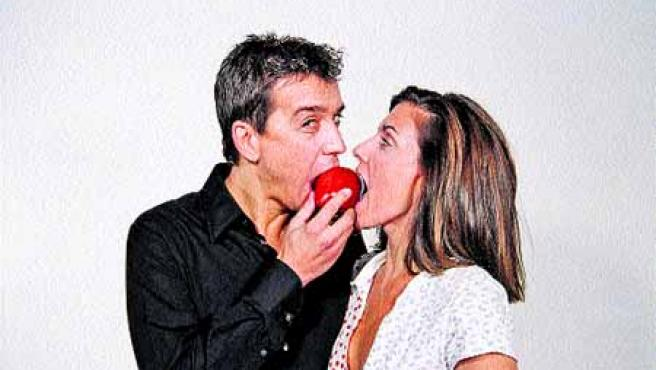 Javier Veiga y Ana Rayo comparten la manzana del pecado en una de las parodias de su humorístico espectáculo teatral.