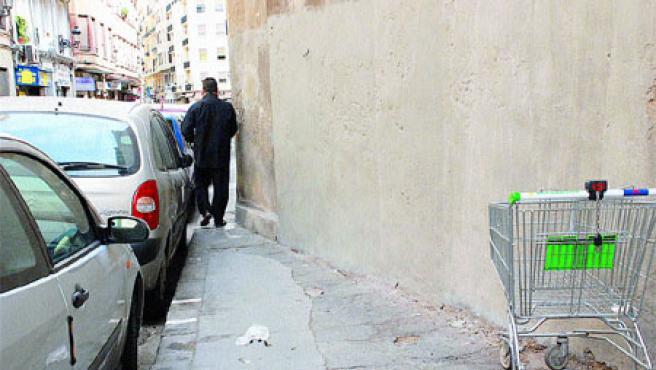 La acera de la calle Carlos Cervera se estrecha tanto que la gente pasa a duras penas (Begoña Gómez).