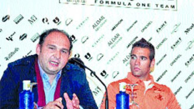 Roldán Rodríguez junto a Collin Kolles, mánager de Spyker, durante el acto celebrado ayer.(EFE)