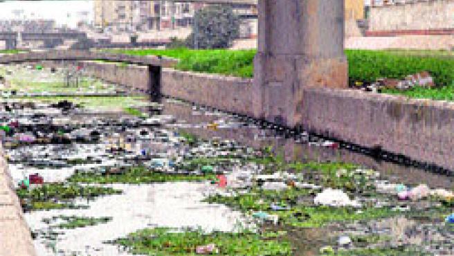 'Bonito' paisaje de basuras en el cauce del río Guadalmedina, junto al Centro de Arte Contemporáneo.(J. Pimentel)