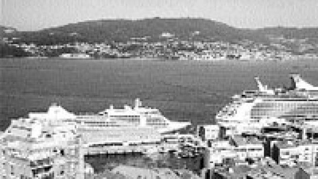 Los dos barcos, atracados en el puerto (Laura González).