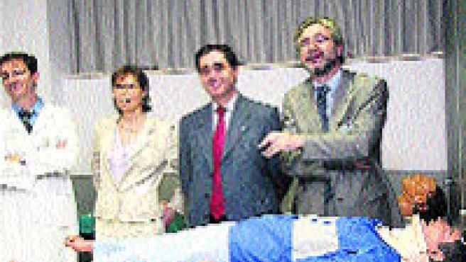 Directivos del hospital y de la Facultad en el aula de simulación. (Archivo).