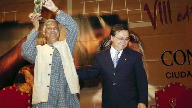 El presidente de Ceuta, Juan Vivas, junto a Yunnus, galardonado en la edición de 2006.