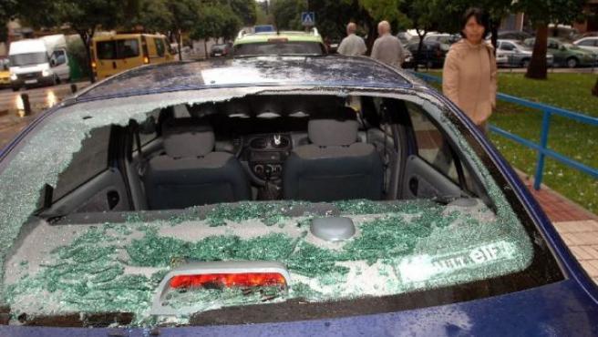 Estado en el que ha quedado el parabrisas trasero de un coche, efecto de la fuerte granizada. EFE.