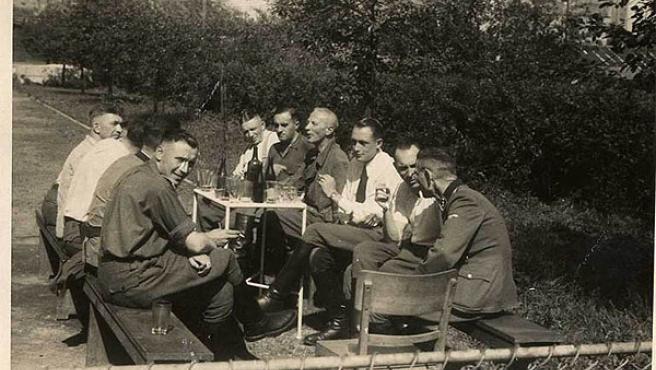 Los jefes del campo de concentración, tomando un refrigerio en una de las fotos del álbum (Museo del Holocasuto )