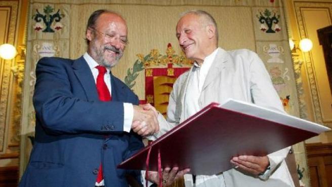 El alcalde saluda al arquitecto tras examinar su proyecto el pasado 16 de junio de 2006.